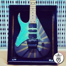 chitarra elettrica in legno rivestita in metallo e ossidata