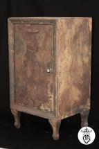 mobile in legno rivestito di ferro con ossidazione superficiale.il trattamento non intacca il legno