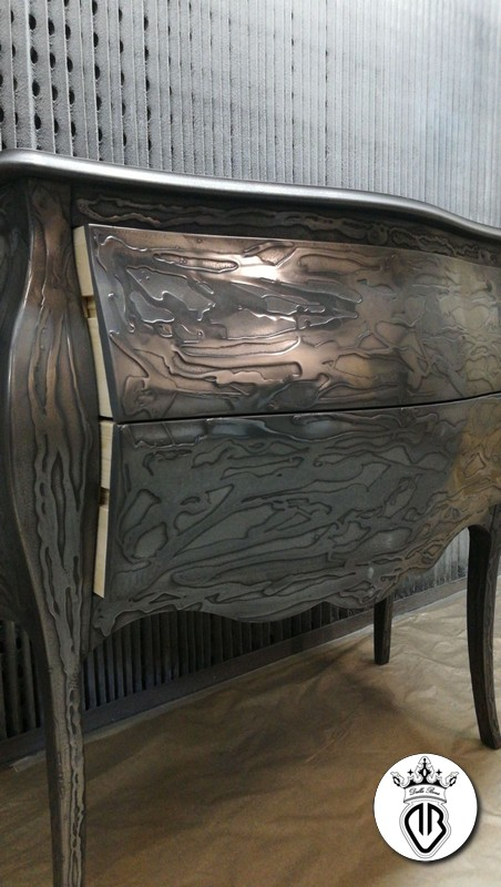 mobile in legno rivestito in acciaio a colata e extralucidato