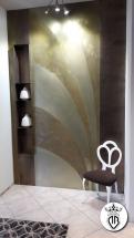 arete in legno con rivestimento in ottone con parti ossidate.laterali parete con rivestimento in bronzo