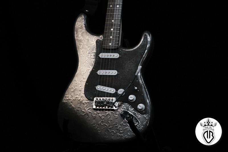particolari chitarra elettrica con pick up ossidato a rilievo