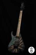 particolare chitarra elettrica rivestita in bronzo e ottone materico e ossidata
