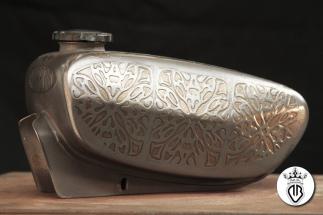 serbatoio con grafica a rilievo bronzo e acciaio