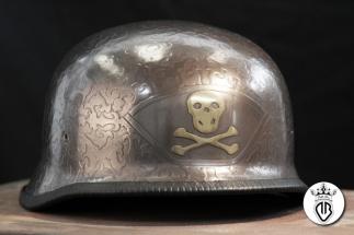 casco in abs con grafica a rilievo in acciaio e ottone
