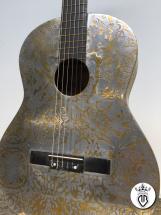 chitarra classica con rilievi in oro e acciaio