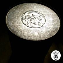 coperchio bidone con grafica a rilievo e rivestimento in acciaio